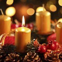 centro de mesa con velas amarillas de navidad