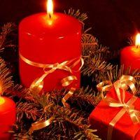 centro de mesa con velas rojas