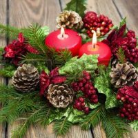 centro de mesa con velas rojas de navidad