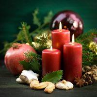 centro de mesa de navidad con velas rojas