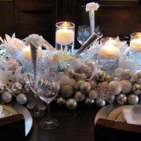 mesa decorada con velas blancas