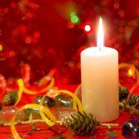 vela blanca con adornos de navidad