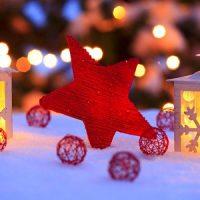 vela blanca con nieve para decorar la navidad