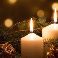 vela blanca decorando la navidad