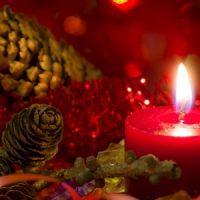 vela roja en mesa de navidad