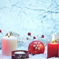 vela roja y blanca en centro de mesa