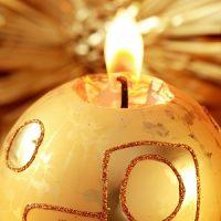 velas amarillas con forma de bola de navidad