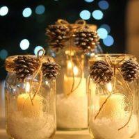 velas blancas con decoración de navidad