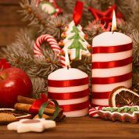 velas blancas y rojas decorando la navidad