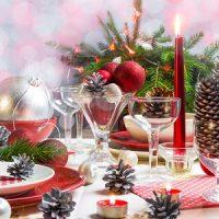 velas de navidad decorando la mesa