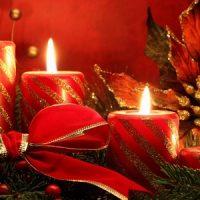 velas de navidad en rojo y dorado