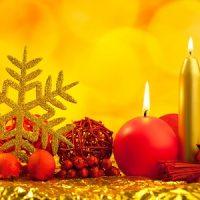 velas doradas y rojas para navidad