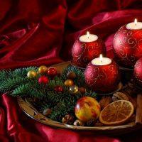 velas en bolas rojas para decorar la navidad