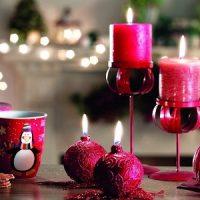 velas moradas decorando la navidad