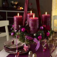 velas moradas en centro de mesa