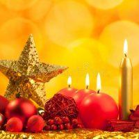 velas rojas como decoracion de navidad