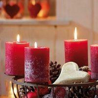 velas rojas con decoracion navideña