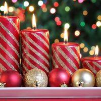velas rojas y blancas para decorar la navidad